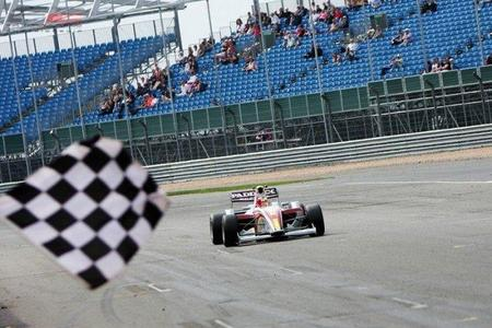 Miki Monrás comienza la temporada de la F2 con victoria