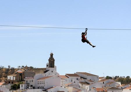 ¿Lanzarse en España y aterrizar en Portugal? Sí, ahora es posible con la primera tirolina transfronteriza del mundo