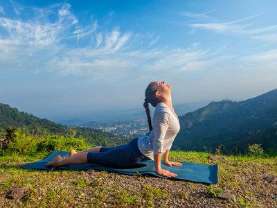 Las diferencias entre las posturas del perro boca arriba, la esfinge y la cobra en Yoga