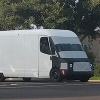 ¡Pillada! La furgoneta eléctrica de Amazon y Rivian ya rueda camuflada por carreteras californianas