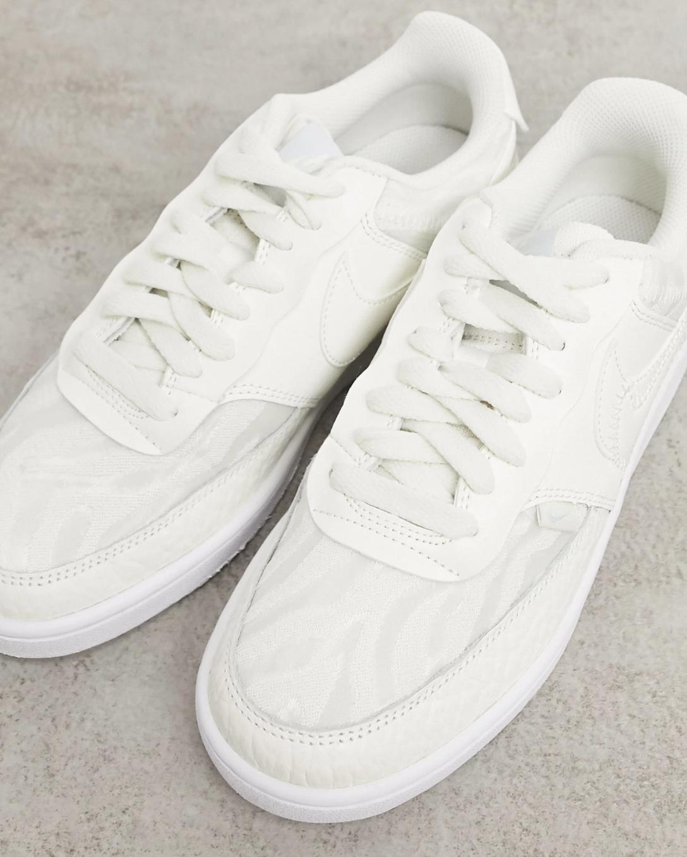 Zapatillas bajas premium en blanco vela y aura Court Vision de Nike