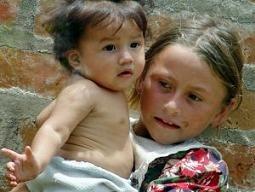 El juguete de las niñas del tercer mundo, ser madres en la infancia