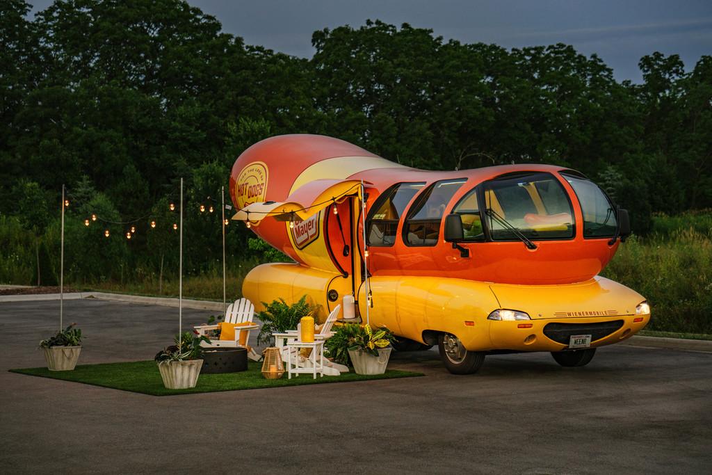 Ya puedes dormir en el coche salchicha de Oscar Mayer, disponible como alojamiento de Airbnb en Chicago