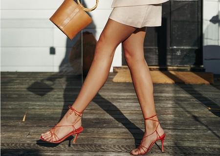 De boda, trabajo o vacaciones: siete fórmulas para que tus sandalias rojas te acompañen a todas horas y en todas las ocasiones