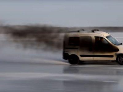 Nunca subestimes lo que una Renault Kangoo de 450 CV puede hacer sobre el hielo escandinavo