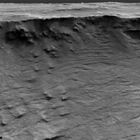 Visión clara de rocas formadas por agua corriente en un acantilado de Marte