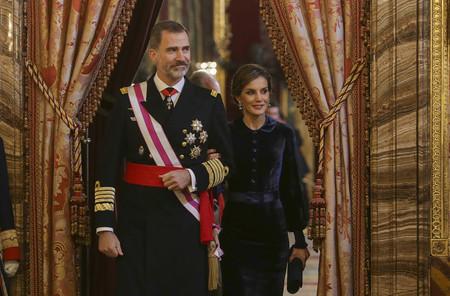 La Reina Letizia acierta de pleno con el terciopelo azul noche, así ha sido el look para presidir la Pascua Militar 2018