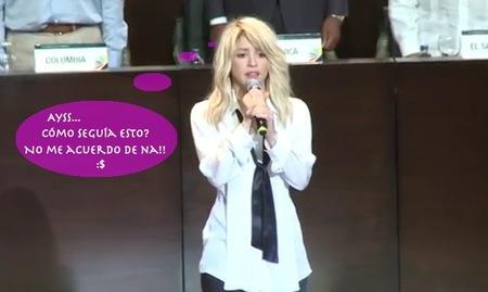 Shakira se inventa la letra, hasta del himno nacional