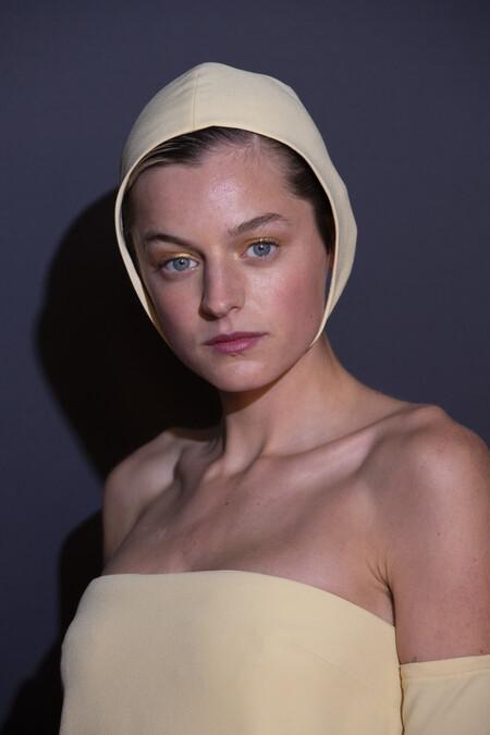 Emma Corrin deja atrás el estilo Lady Di para sorprender con un total look de Miu Miu y manicura al estilo Rosalía