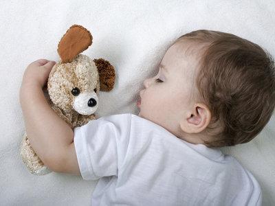 ¿Dejarías a tu bebé durmiendo solo en un cuarto de hotel mientras bajas a cenar?