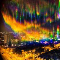 Esta curiosa foto nos muestra un arco iris que esconde un problema: la contaminación lumínica