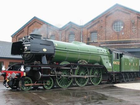 Este es el tren más famoso del mundo porque fue el primero en alcanzar las 100 millas por hora (160 km/h)