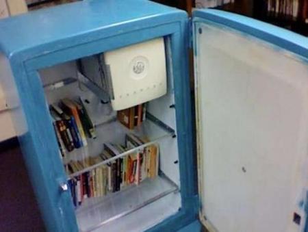 Recicladecoración: un antiguo frigorífico como una estantería