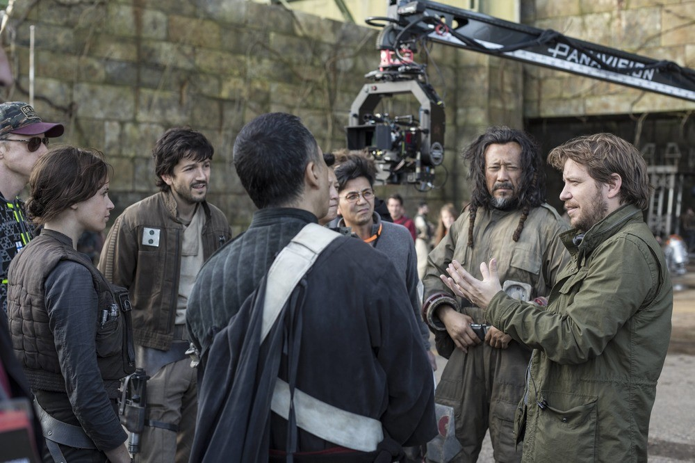 Gareth Edwards habla con los actores de Rogue One