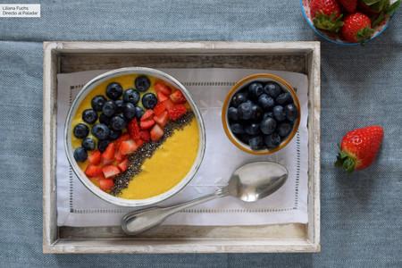 Smoothie bowl de mango y plátano con frutos rojos y chía: receta facilísima para un desayuno irresistible y sano