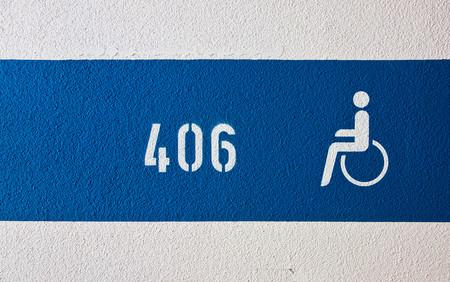 La DGT llama al civismo en su nueva campaña: no aparques en plazas para personas con discapacidad si no lo eres