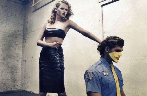 Foto de Lara Stone en Vogue París con un editorial polémico (2/5)