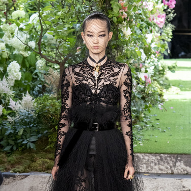 El lúgubre negro lleva a Dior y su alta costura a uno de los desfiles más aburridos desde la llegada de Maria Grazia a la casa francesa