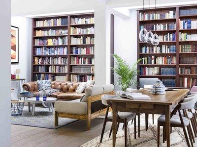 Una casa llena de libros con la firma de Egue & Seta