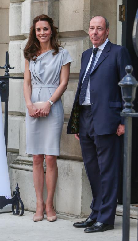 Kate Middleton Duquesa Cambridge Escote Asimetrico Look 2