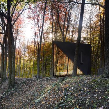 El soprendente diseño de la A45 Klein, una mini casa que parece una escultura en mitad del bosque