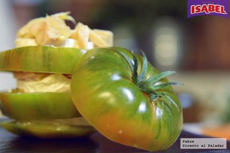 Ensalada de milhojas de tomate con queso de cabra y atún Isabel [videoreceta]