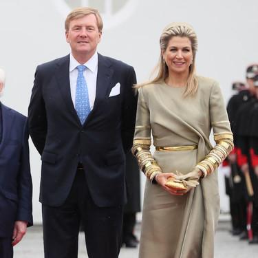 Máxima de Holanda consigue levantar un color aburridísimo gracias a unas mangas cuajadas de falsas pulseras de oro