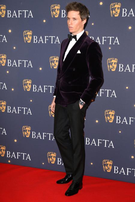 Previo A Los Premios Bafta Eddie Redmayne Rescata El Tuxedo De Terciopelo En La Alfombra Roja De La Gala 3