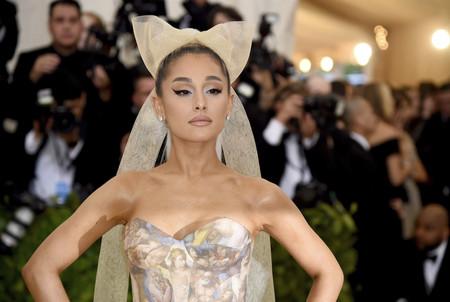 Gala MET 2018: Ariana Grande llega con lazo incluido, así es su vestidazo con estampados propios de un museo