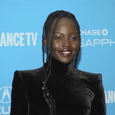Lupita Nyong'o o nos enseña el vestido de terciopelo negro perfecto para las bajas temperaturas