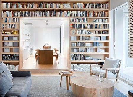 Una cocina en color haya y blanco abierta al resto de la casa