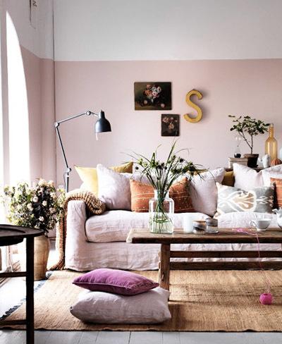 Pared pintada a media altura en rosa