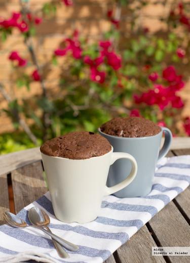 Mug cake de brownie con pepitas de chocolate. Receta rápida al microondas