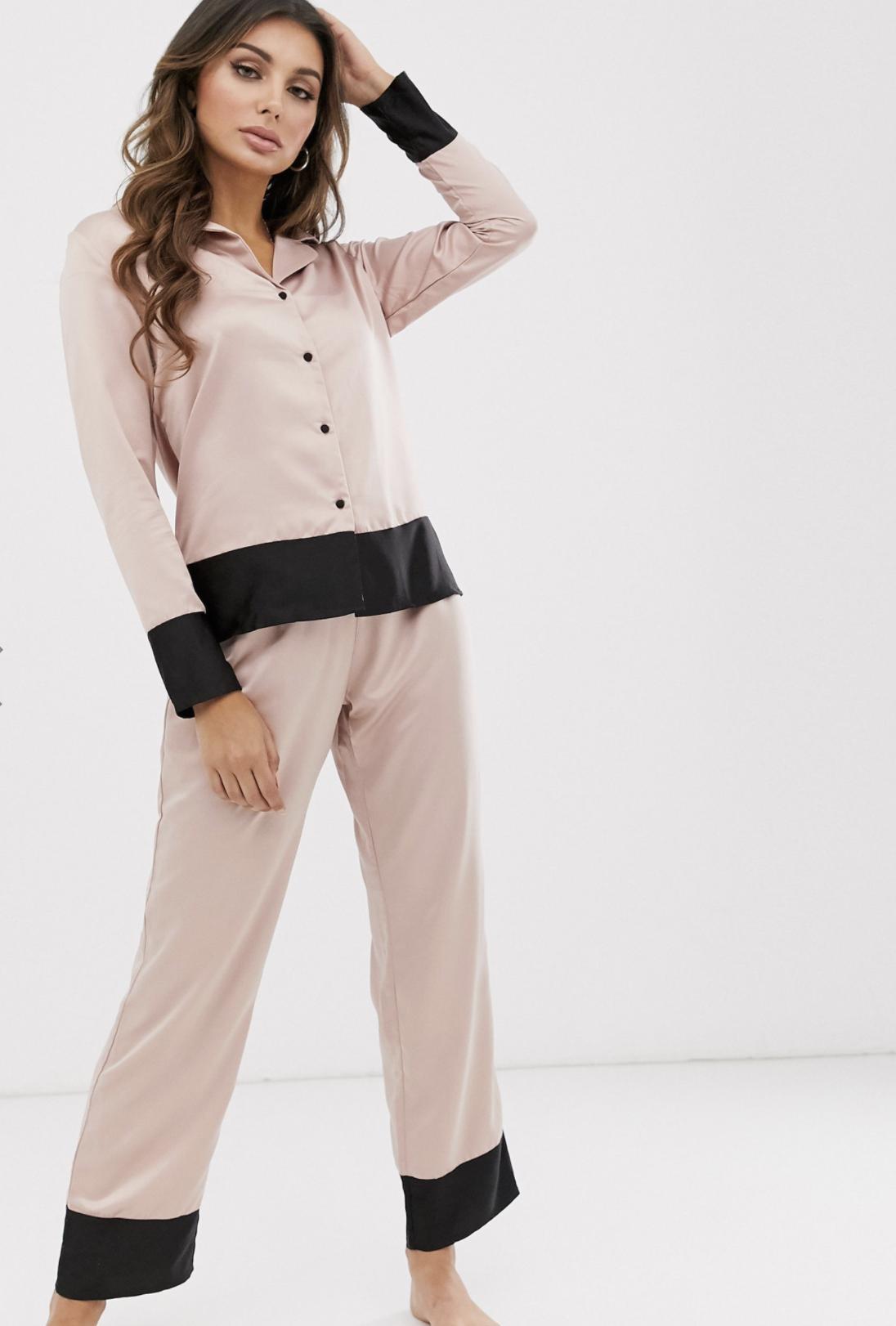 Pijama con solapas de satén y detalle en el borde en rosa Drew de Bluebella