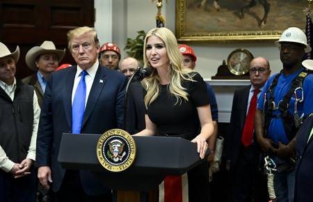 Ivanka Trump sabe que ya hay que combinar el color negro con otros más vivos y sino mira su vestidazo perfecto para primavera