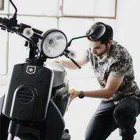 Una empresa expendienta a un trabajador por cargar la batería de su moto eléctrica en la oficina