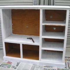 un-mueble-de-televisor-convertido-en-una-cocina-de-juguete