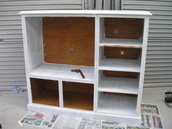 Foto de Un mueble de televisor convertido en una cocina de juguete (1/4)