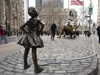 El toro de Wall Street ya no está solo, ahora tiene que enfrentarse a una niña de 12 años sin ningún miedo