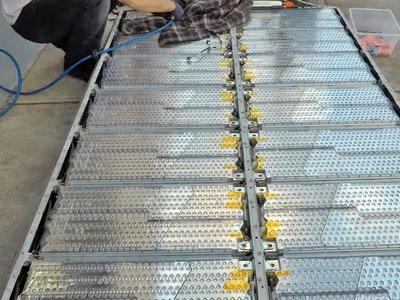 Así son las tripas de un Tesla Model S, fascínate con el desmontaje de sus baterías en este vídeo