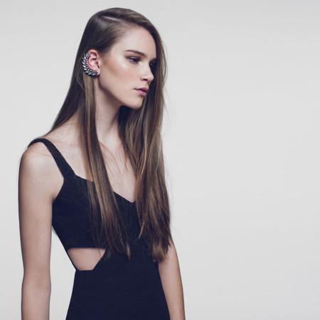 detalle de vestido negro con espalda al aire