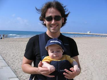 Médicos alemanes recomiendan no llevar a los bebés cara al mundo en el portabebés