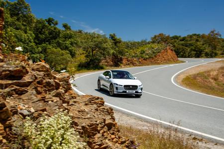 Jaguar I-PACE blanco dinámica en curva