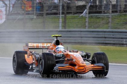Markus Winkelhock lidera su carrera de debut