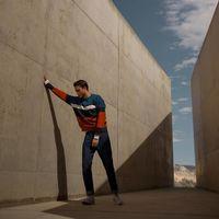 Adam Gallagher muestra cómo enfundarse en los colores de otoño en clave retro