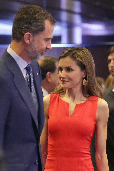 Doña Letizia vuelve a triunfar con un look en color rojo