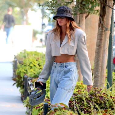 Hailey Bieber nos deja con el look de entretiempo perfecto para la temporada: los blazer cropped siguen causando sensación