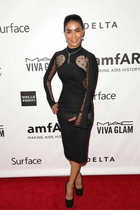 Peores vestidas de la AmfAR Inspiration gala 2013 Natalie John de Stella McCartney Otoño Invierno 2011 2012 con un vestido negro y transparencias plumeti