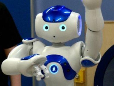 El robot MEDi hace que las inyecciones que se ponen a un niño le duelan menos