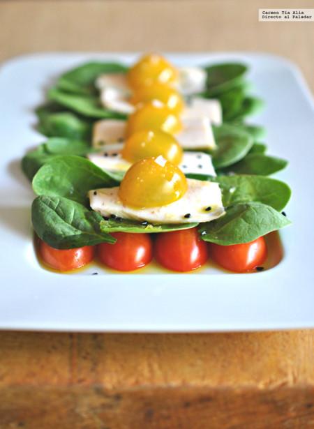 Ensalada de lascas de bonito asado con espinacas, tomates cherry y aliño de sésamo. Receta fácil y rápida